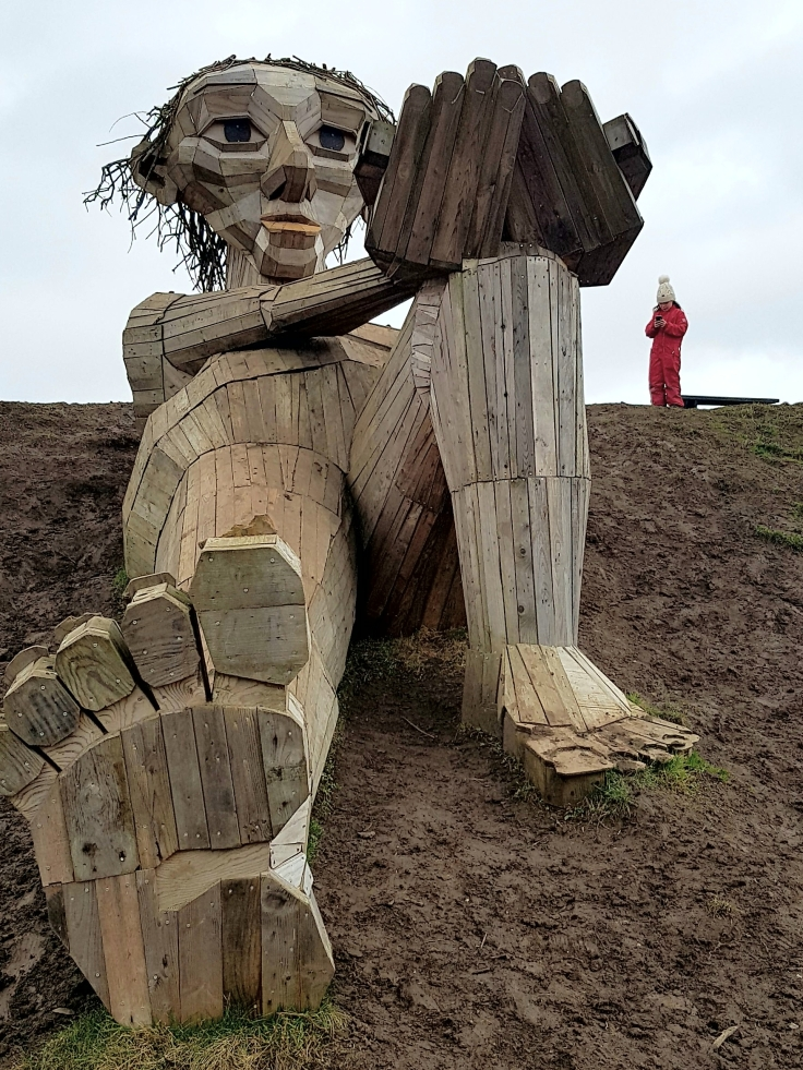 Photo of a wood sculpture called Hilltop Trine ( bakketop trine) by Thomas Dambo